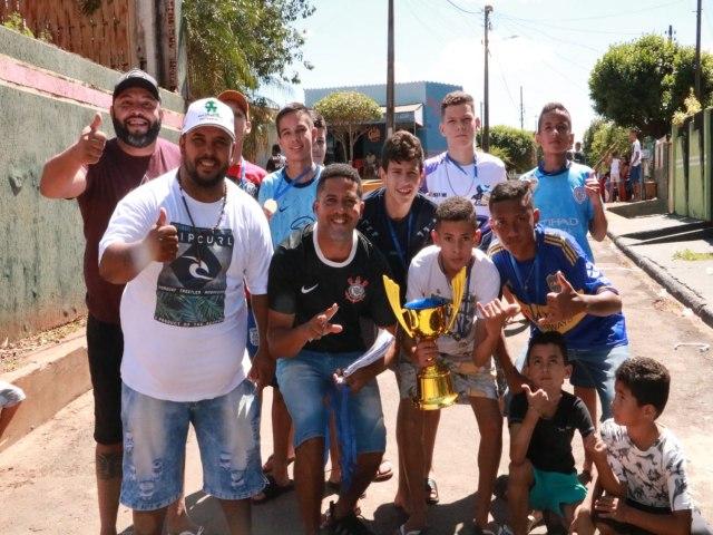 Festa na  Avenida Cascavel reuniu dezenas de crianças