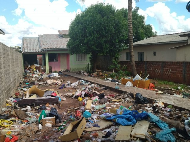Prefeitura realiza limpeza em residência de acumulador de lixo