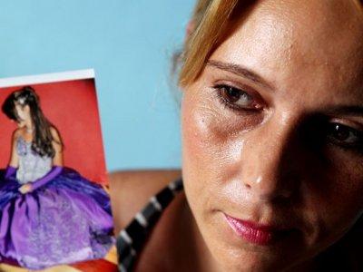Mae de garota detida nos EUA critica atuaçao de consulado do Brasil