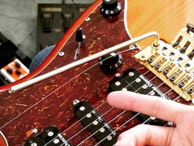 Cantor e guitarrista Juninho Nakagawa, adora a Deus com solo de guitarra